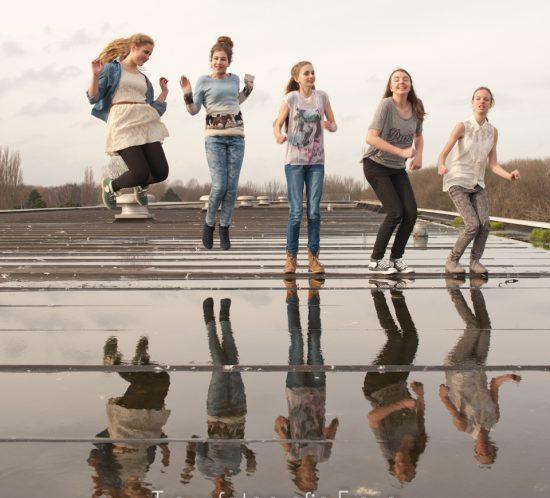 groepsfoto verjaardagsshoot Trouwfotografie Freya op dak te Hoorn