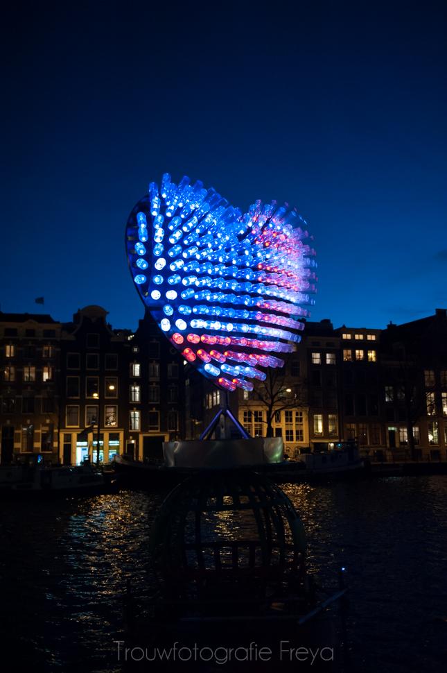 Amsterdam Light Festival Stopera hart vlaggen