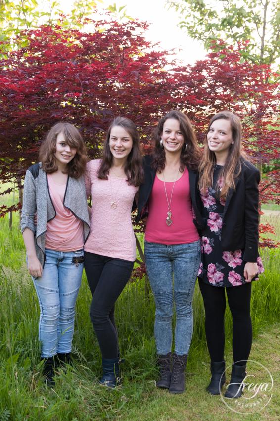 vier zussen uit Ooshuizen op de foto in de Beemster