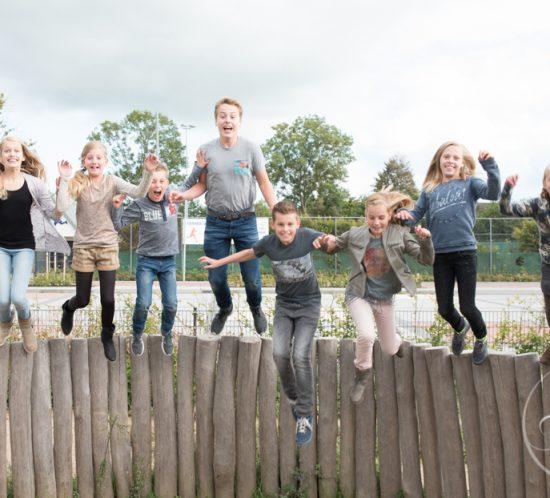 Kleinkinderen springen van de balken bij foto shoot