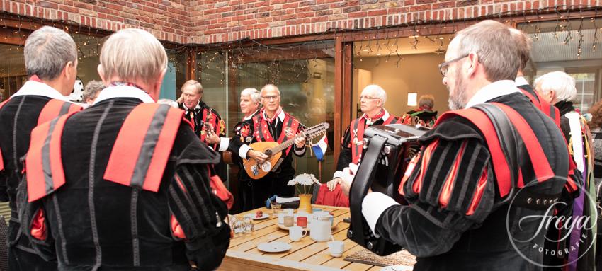 Muzikale uitvaart - de tuna van Piet speelt bij hem thuis