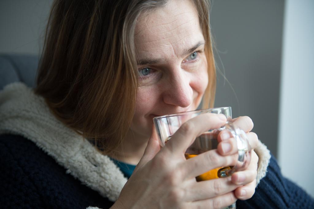 Freya Elders genietend van een kop thee