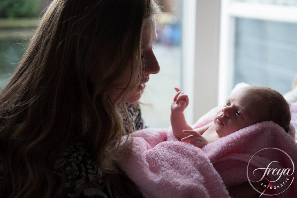 Baby bij mama op schoot
