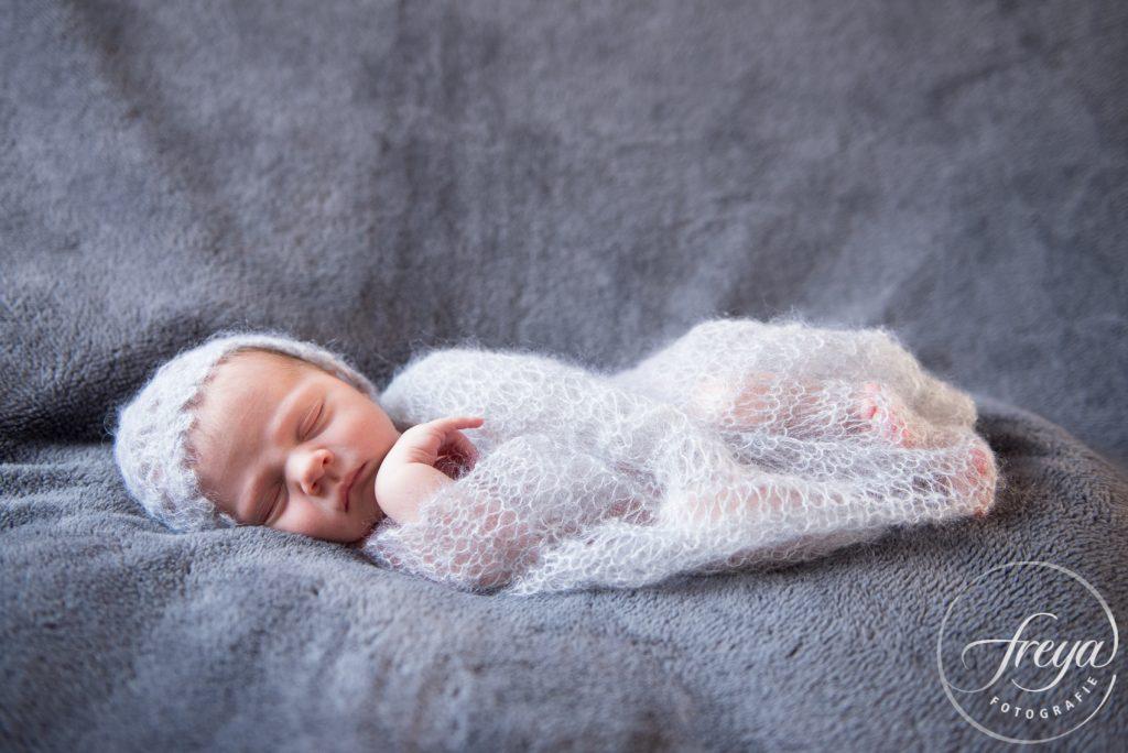 newborn op grijze optidee deken