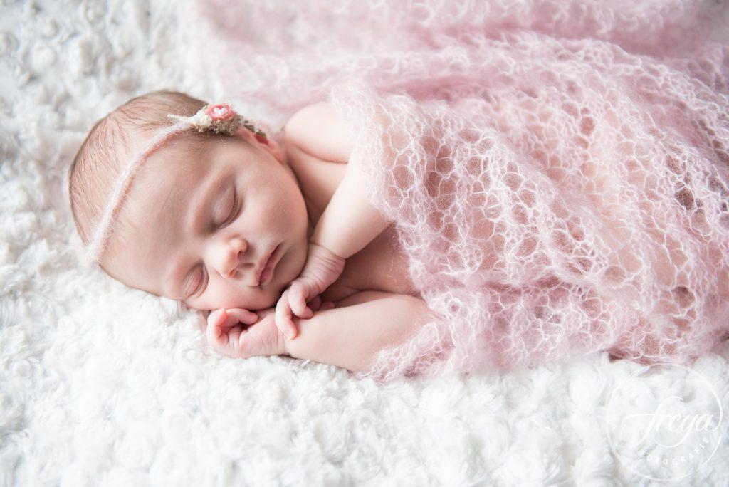 newborn in roze gehaakte doek