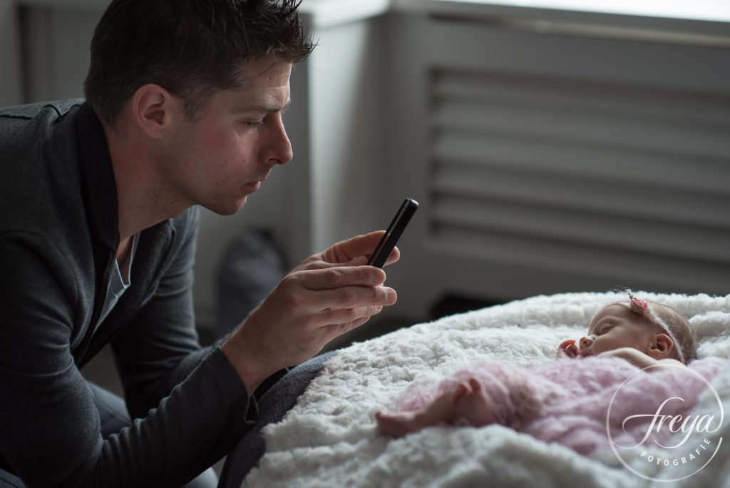 papa maakt ook foto van newborn dochter