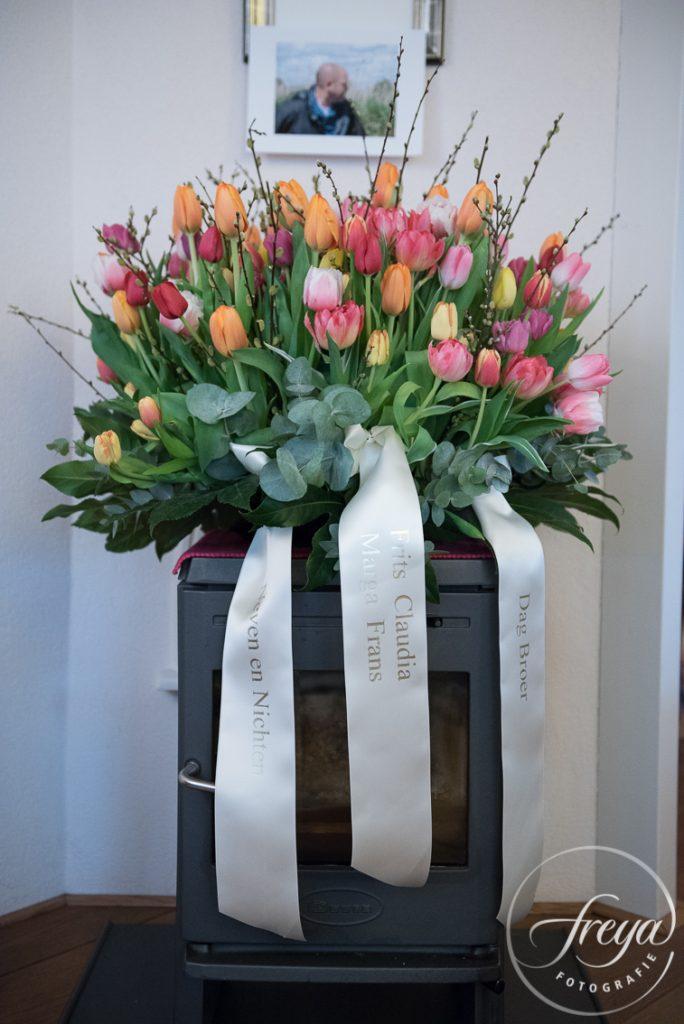 Groot bloemstuk rouwbloemen tulpen multi color door Sas bloemiste Edam