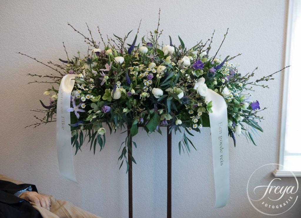 Rouwbloemen bloemstuk paars wit door Sas bloemiste