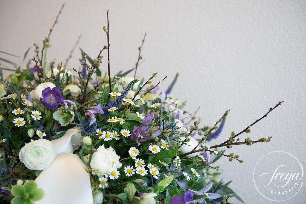 detail bloemstuk rouwbloemen paars wit Sas bloemiste