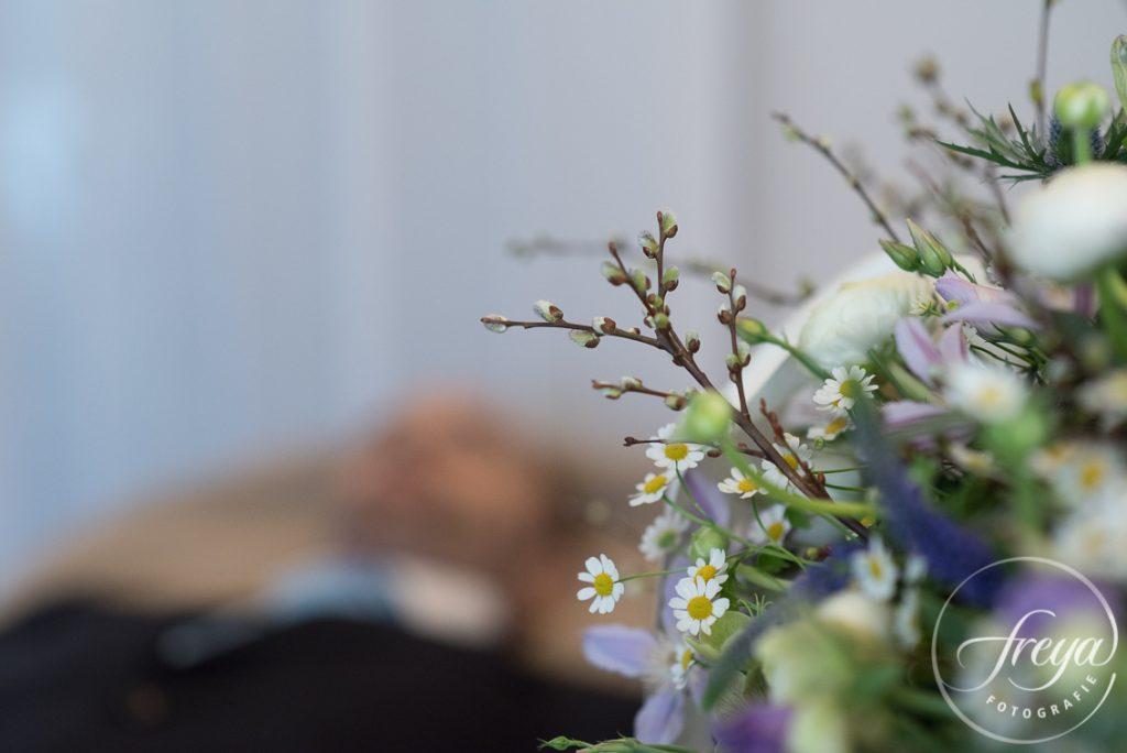 opgebaard tussen de bloemen