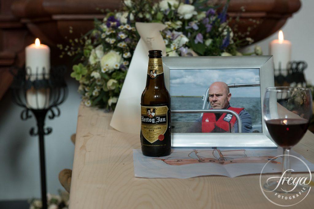 Biertje op grafkist tijdens uitvaart borrel