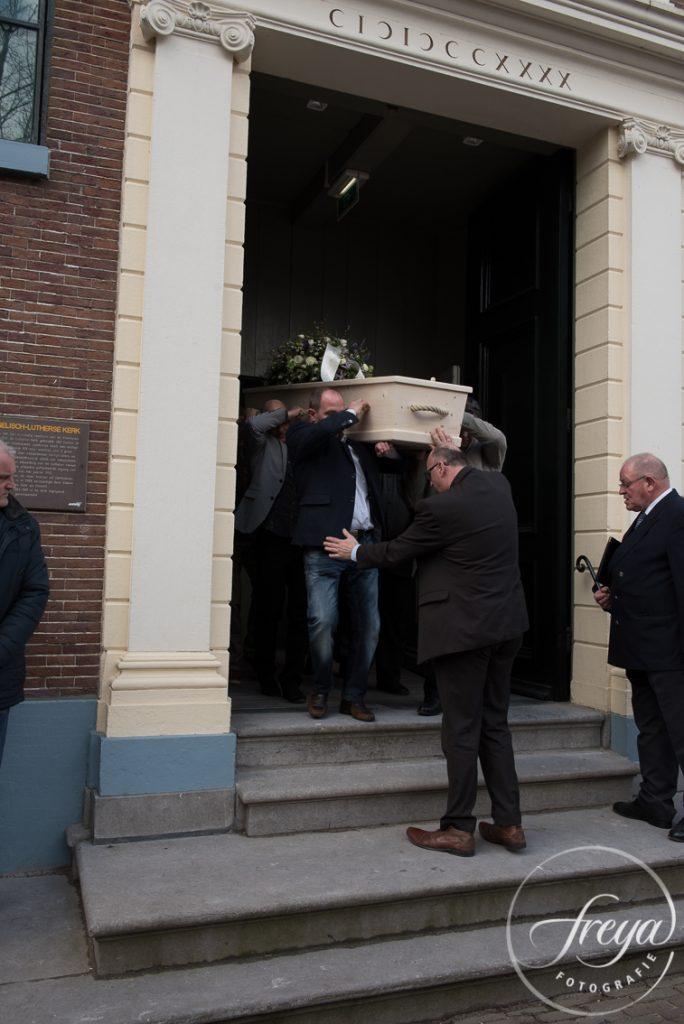 Kist wordt uit kerk de Swaen gedragen