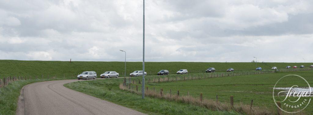 Rouwstoet rijdt langs IJsselmeerdijk