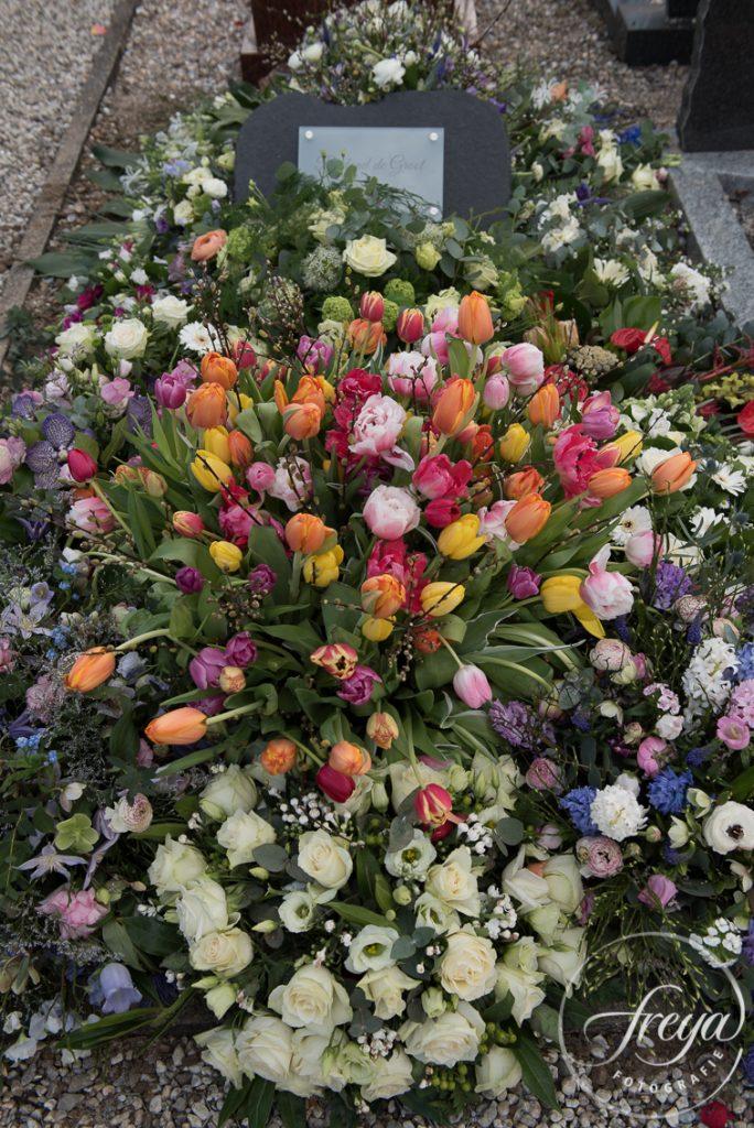 Het graf is inmiddels gesloten en met bloemen bedekt