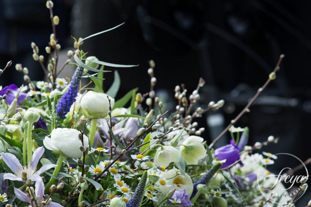 Bloemstuk paars wit door Sas bloemiste