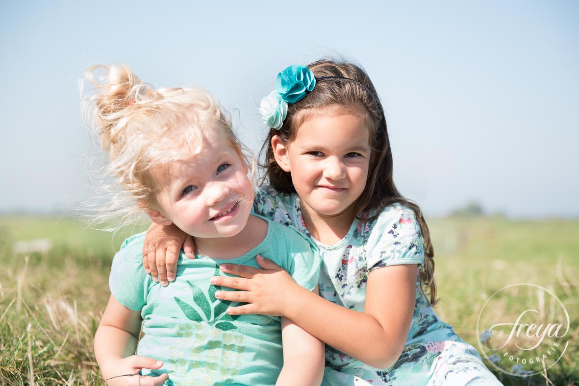Portret nichtjes - kleinkinderen voor opa op de foto