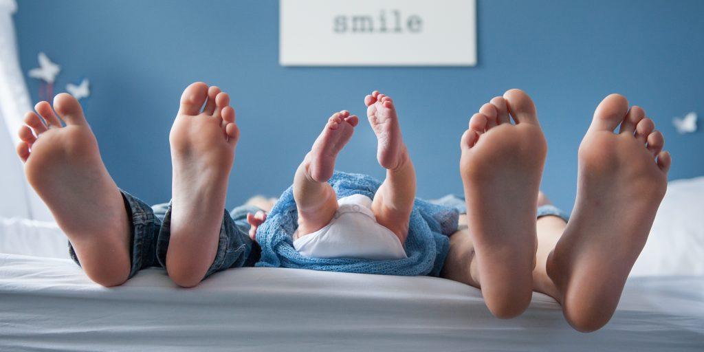 new born baby foto met voeten broer en zus