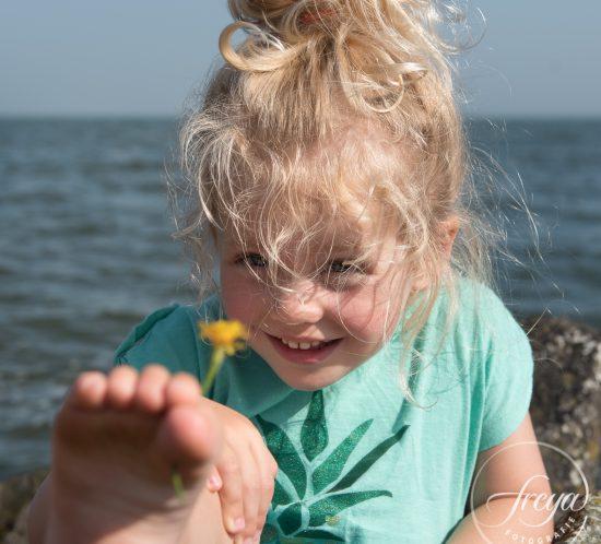 meisje met bloem tussen tenen