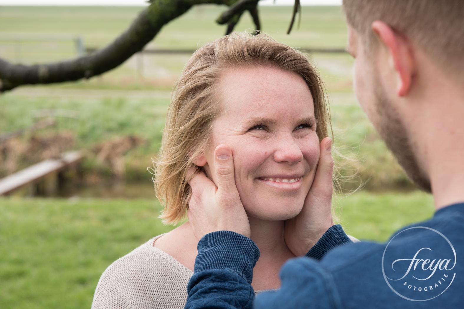 Liefdevolle blik in portret door portretfotograaf Freya Fotografie