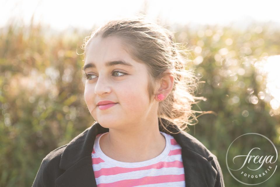 portret tiener meisje tijdens buiten shoot