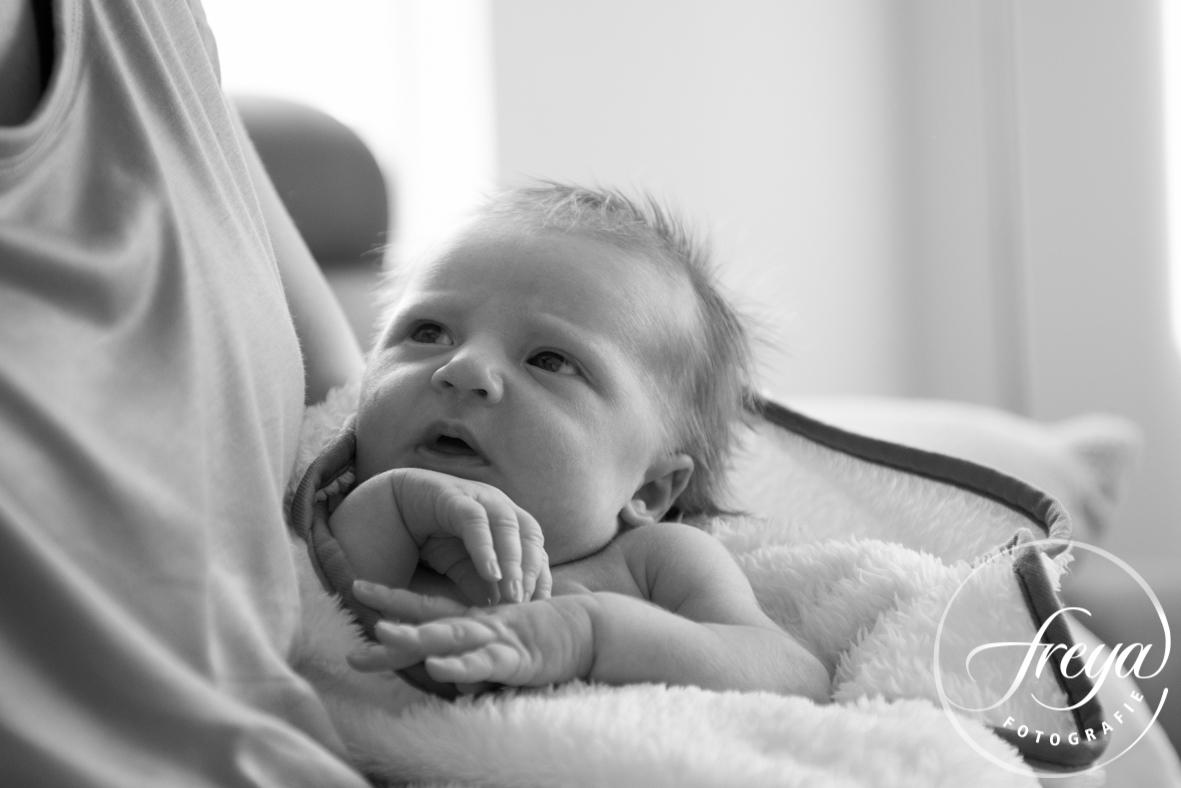 Zwart-wit foto baby bij mama op schoot
