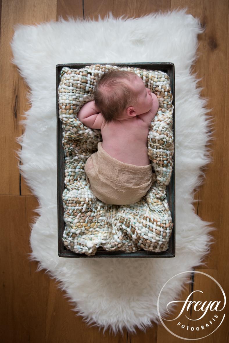 Baby in vintage kistje