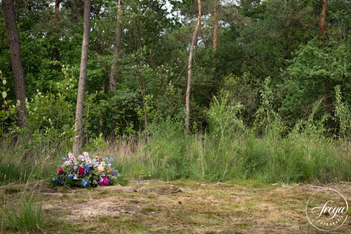 Natuurbegraafplaats Maashorst te Schaik - bloemstukken mogen even blijven