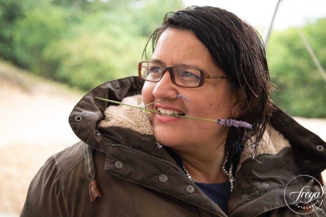 Prachtige vrouw met lavendel in haar mond