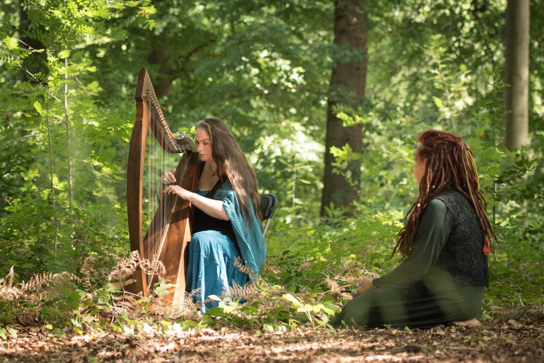 Coca Roman op harp tijdens traditionele handfasting op Castlefest