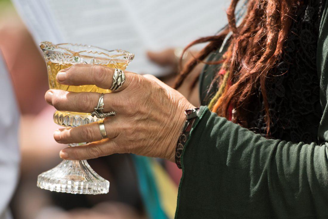 Priesteres Yoka met mede tijdens traditionele handfasting op Castlefest