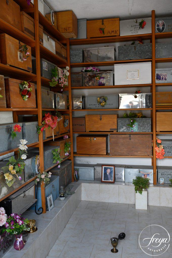 Stellingen vol kisten met de resten van overleden dierbaren.