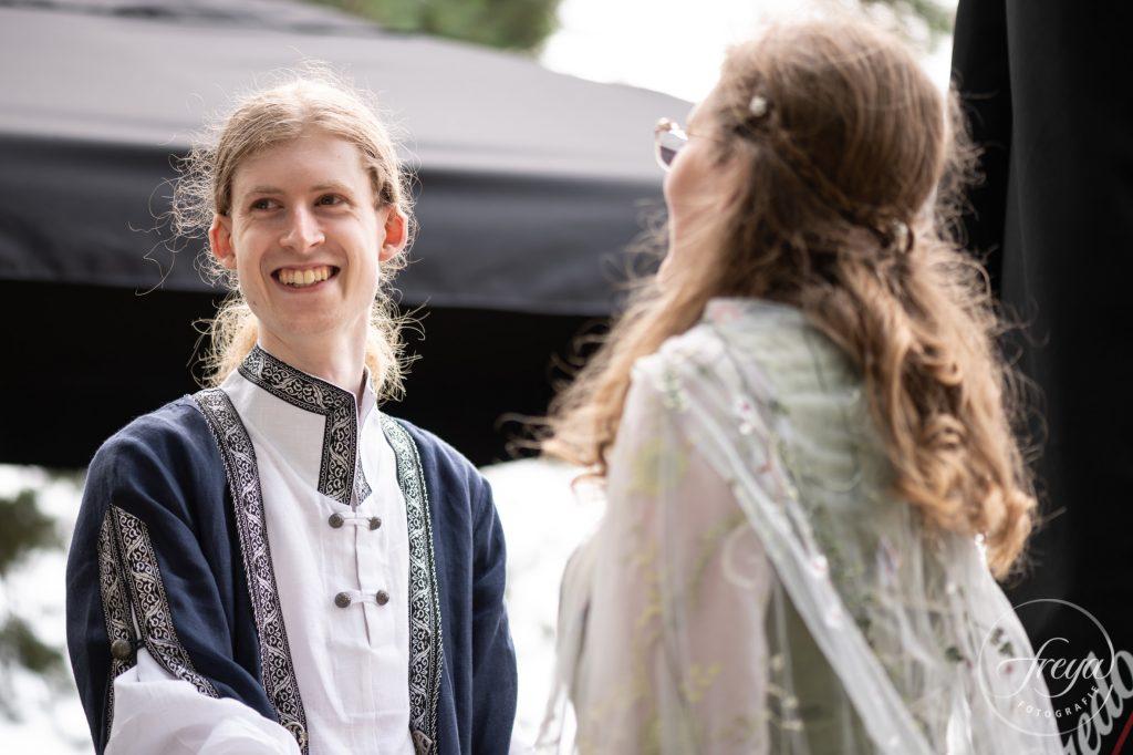 Een stralende bruidegom in keltische kledij tijdens handvasten ritueel