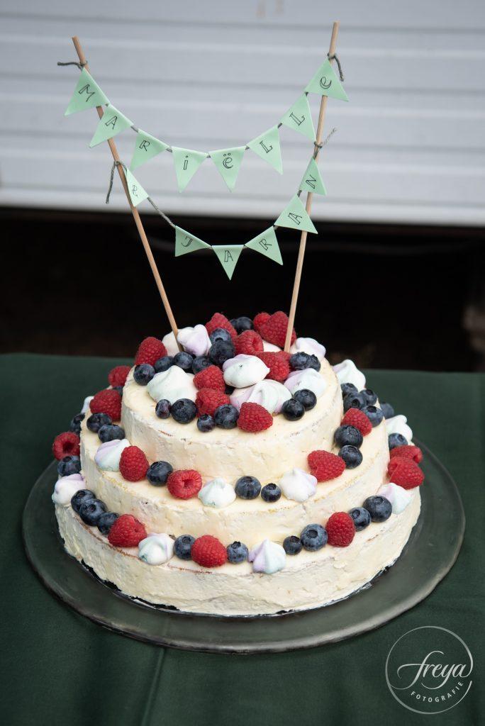 Prachtige taart gemaakt door de zus van de bruidegom en haar vriend.
