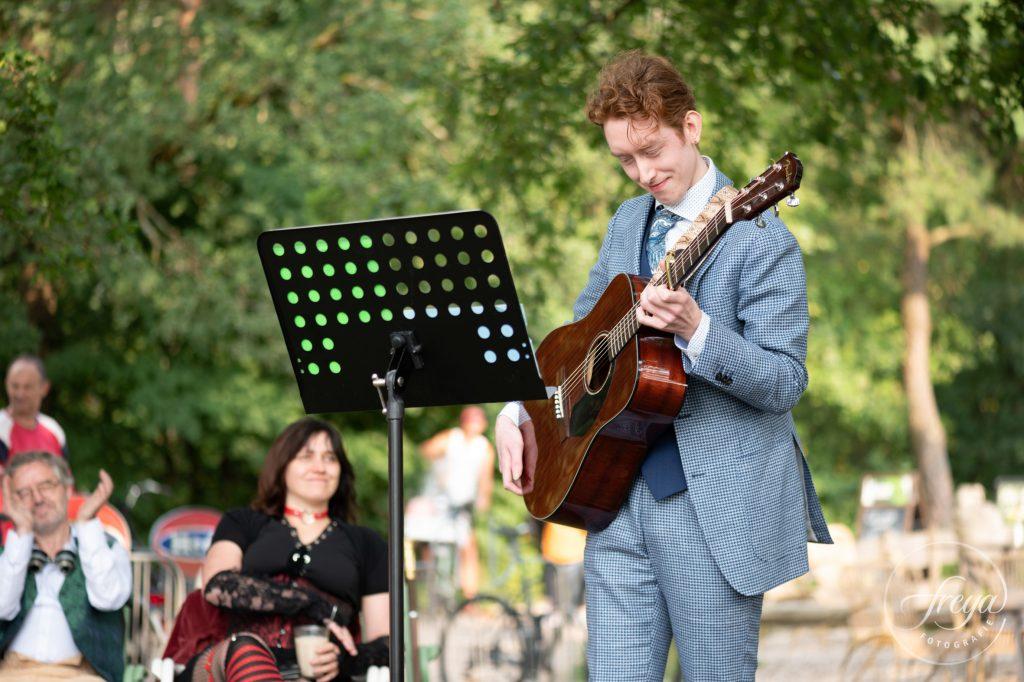 Vriend van Jaran zingt liedjes voor het bruidspaar