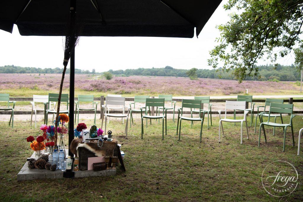De setting voor handvasten met de heide op de achtergrond